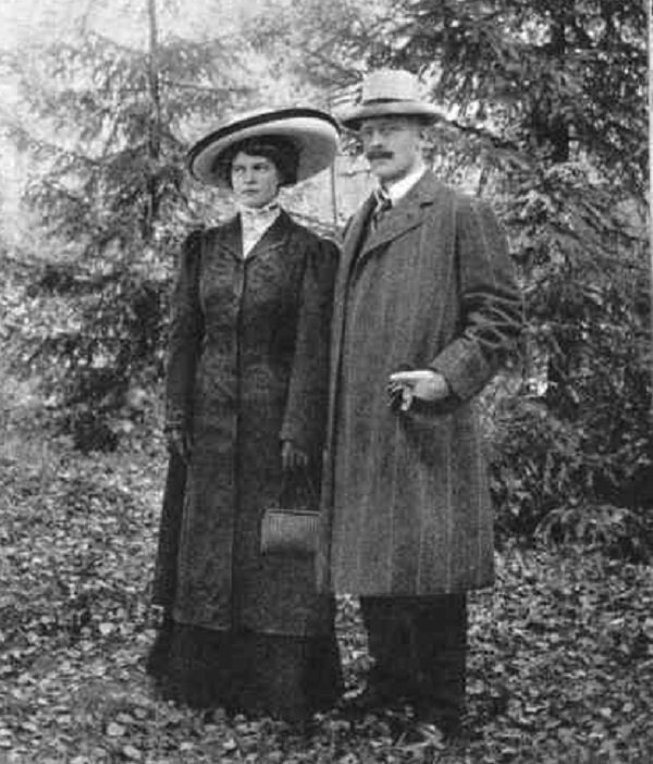 漢姆生與他年輕的太太瑪麗。
