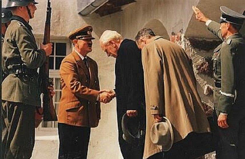 1943年,漢姆生去德國向希特勒鞠躬。