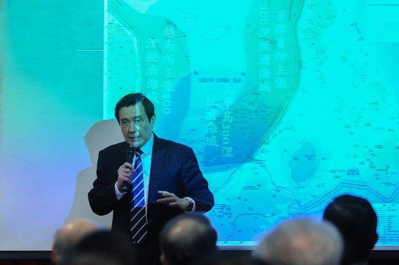 總統馬英九出席外交部「南海議題及南海和平倡議」講習會,現場親自以簡報解說南海爭議。(林俊耀攝)