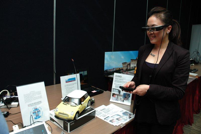 智慧型眼鏡結合VR及AR,讓汽車維修、道路救援更加簡單方便。(圖/德州儀器提供)