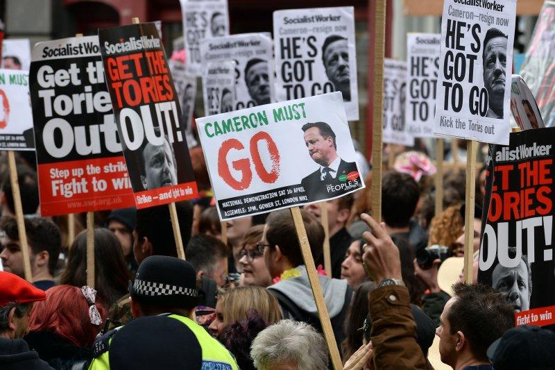 示威民眾要求卡麥隆下台(美聯社)