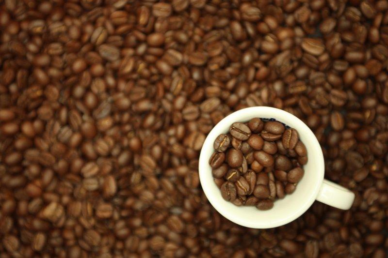 被稱為「黑色黃金」的咖啡豆,影響其品質的好壞,除了天然水、土、光、熱等天然因素之外,種植及咖啡保存技術也是非常重要的關鍵。(圖/Bruno Cordioli@flickr)
