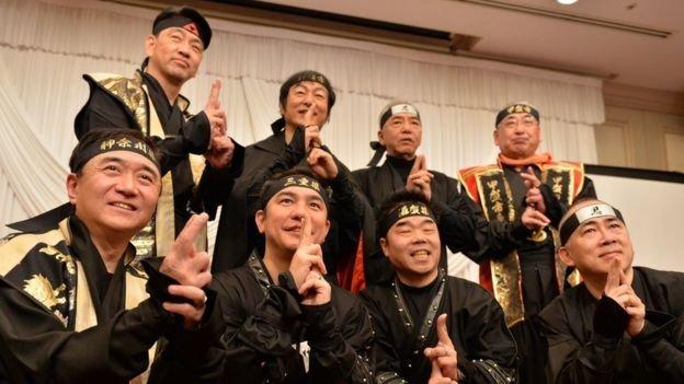 三重縣知事和市長脫掉西裝,換上忍者的傳統服裝,為旅遊宣傳造勢。