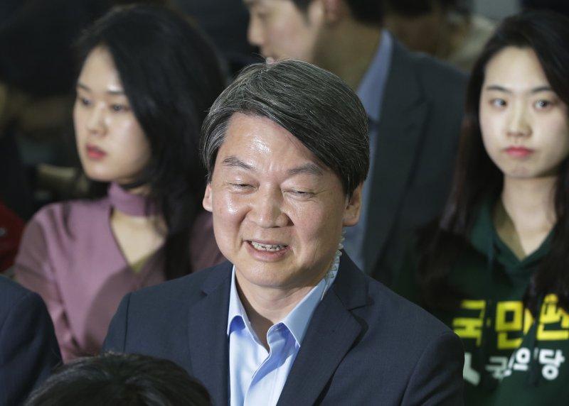南韓國會大選,國民之黨表現亮眼,讓黨魁安哲秀笑的合不攏嘴。(美聯社)