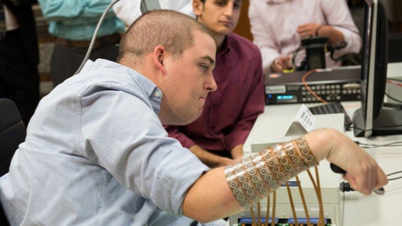 24歲的癱瘓男子伊恩·布克哈特,在植入大腦晶片後恢復部分運動能力。(美聯社)