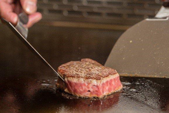 Mark's Teppanyaki鐵板餐廳呈獻美國頂級肋眼牛排,讓味蕾體驗奢侈的享受。(圖/台北萬豪酒店提供)
