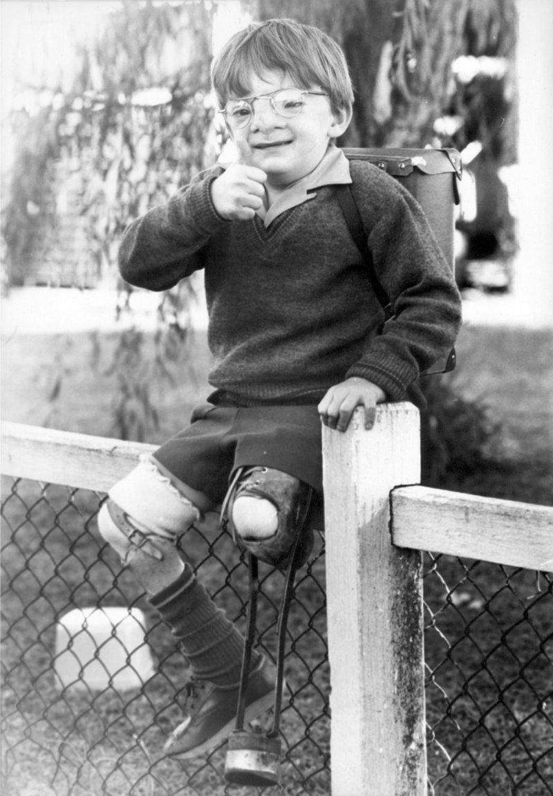 羅勃的缺陷注定了他不能做許多事情,例如坐在圍欄上,其實對他來說是很危險的。(圖/Robert Hoge @Facebook)