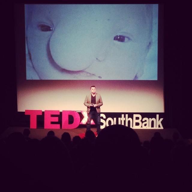 站上TED舞台的羅勃,用自身經驗告訴大眾,他和其他人沒有甚麼不一樣。(圖/Robert Hoge @Facebook)