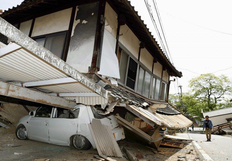 日本九州熊本縣14日發生地震,房屋倒塌。(美聯社)
