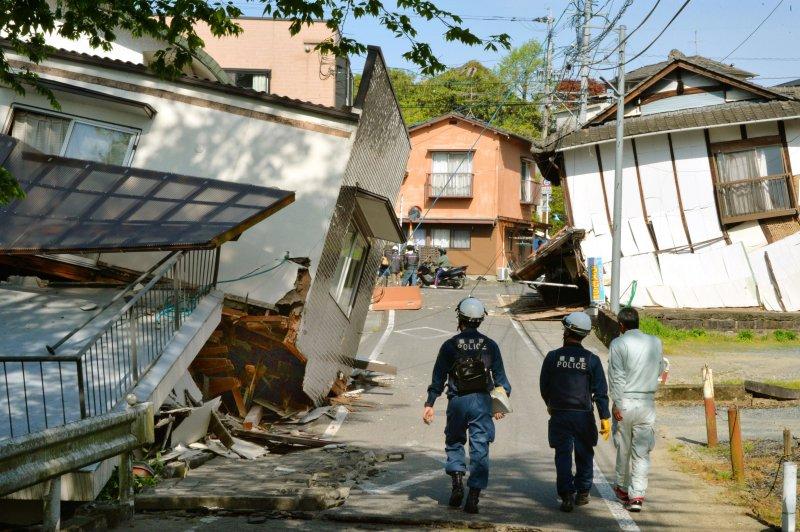 多棟房屋倒塌。(美聯社)