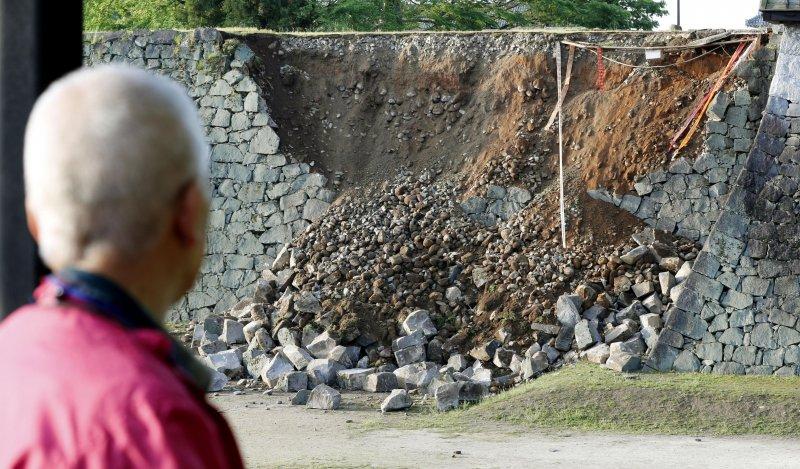 熊本縣古城牆也禁不起強震而倒塌。(美聯社)