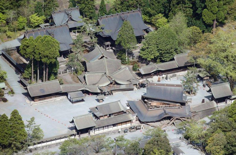 熊本縣阿蘇市的「阿蘇神社」,16日淩晨的地震造成被指定為國家級重要文物的「樓門」垮塌。(美聯社)