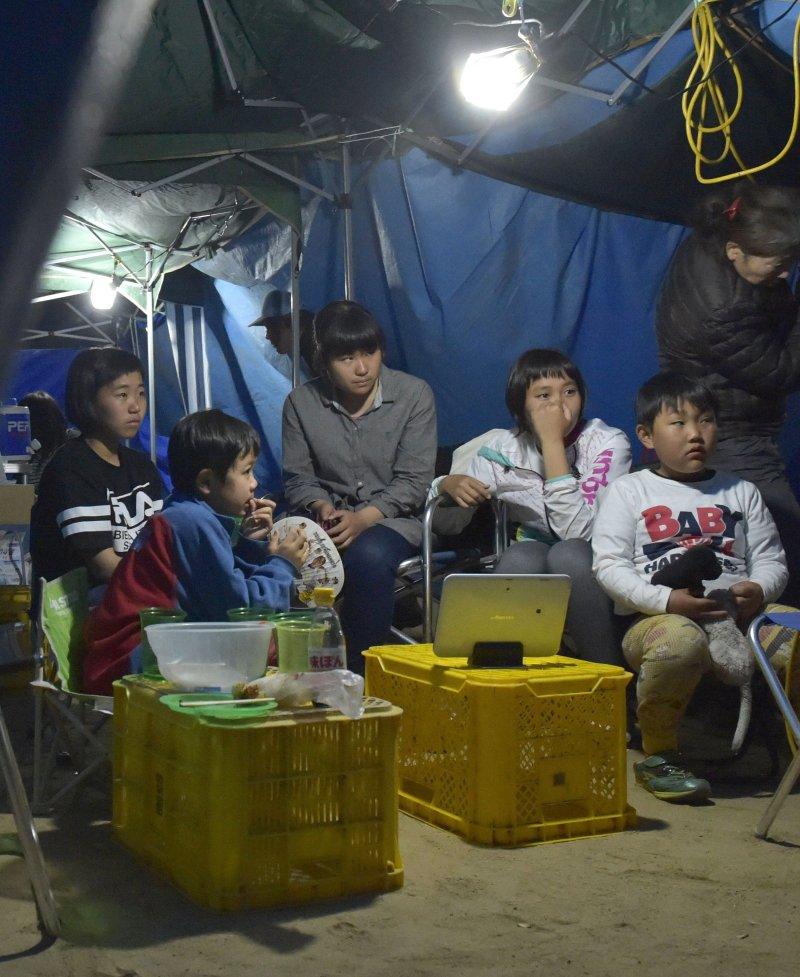 西原村的一群孩子被安置在校園的帳篷內避難,仍然驚魂未定(美聯社)