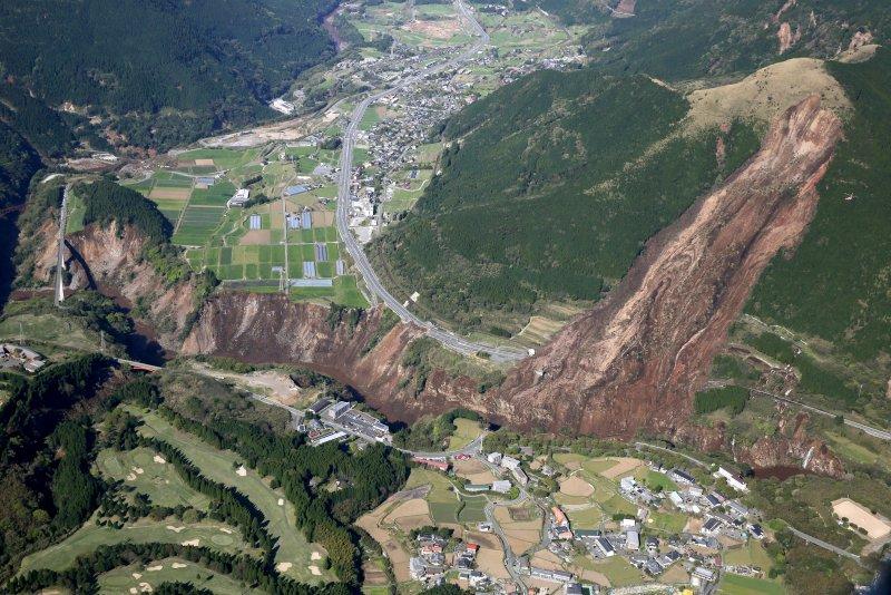 熊本大地震,九州各地災情慘重,在南阿蘇村也引發山崩。(美聯社)