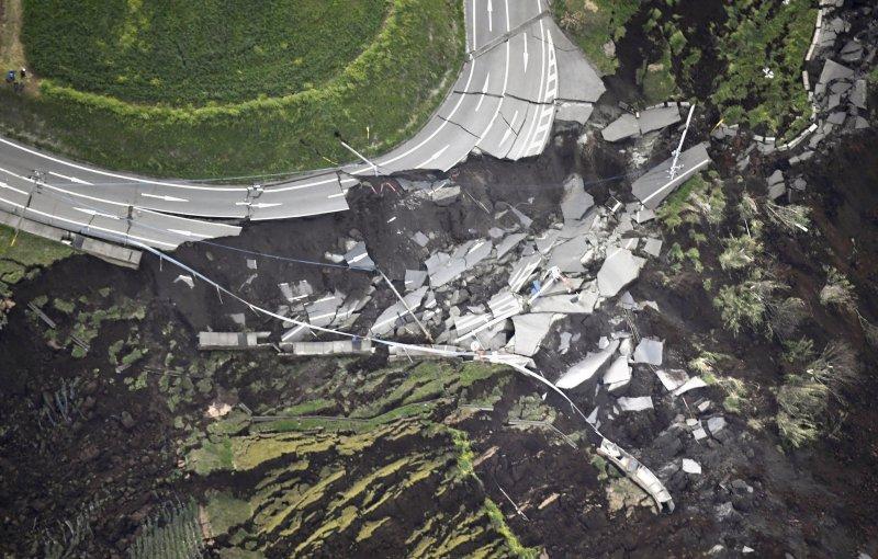 熊本大地震,九州各地災情慘重,南阿蘇村發生山崩,嚴重毀壞道路,從空拍圖中可看到道路幾乎面目全非。(美聯社)
