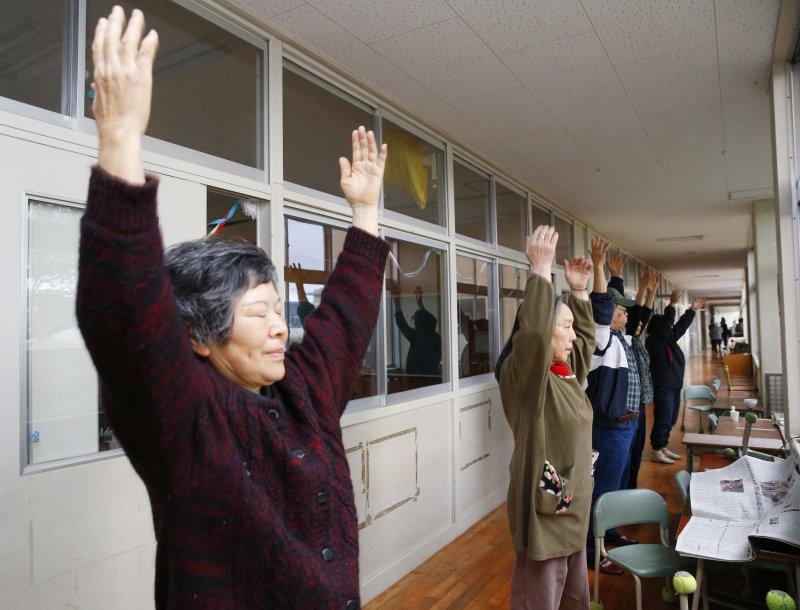 面對無情的天災,熊本縣的居民仍然努力過活。在益城町的一處避難中心,老奶奶們和往常一樣,做著早操(美聯社)