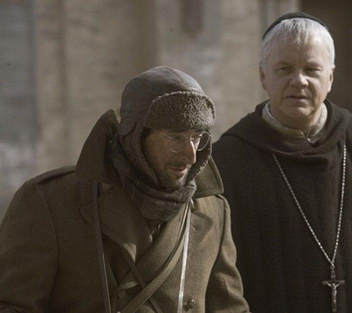 布勞迪(左)和羅賓斯(右)在《一九四二》中分飾知名記者白修德和神父。(劇照)
