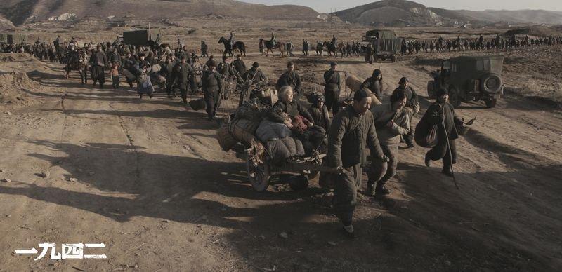 馮小剛花了十八年才拍出《一九四二》,紀錄抗日戰中被遺忘的大飢荒。(劇照/時報出版提供)