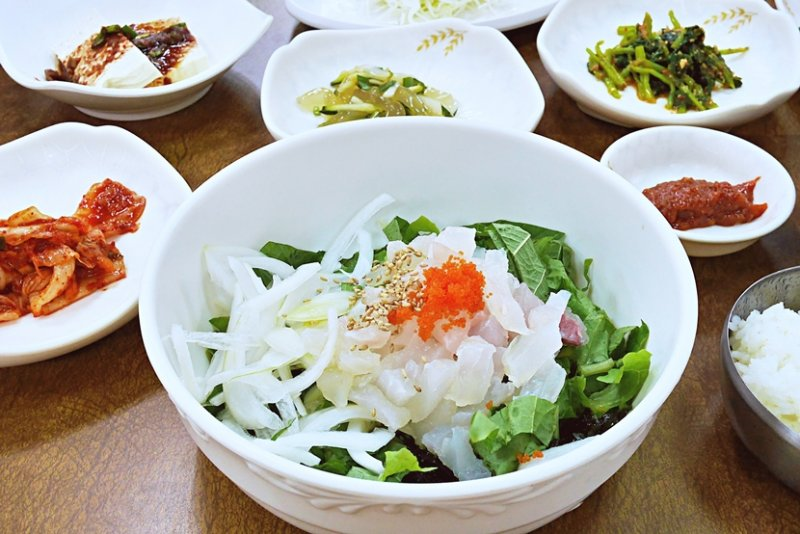 敢吃生的讀者,絕對不能錯過韓國的生魚片蓋飯。(圖/時報出版)