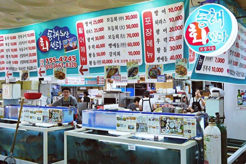 來到海島一定要嚐嚐海鮮的美味,市場裡的菜單都備有中文附註,非常親切。(圖/時報出版提供)
