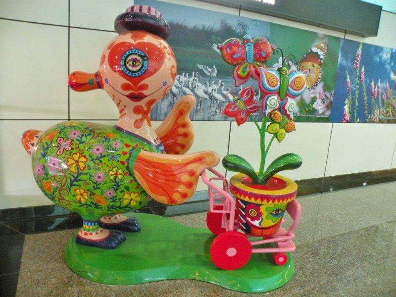 藝術家洪易用色彩鮮豔的創作方式,讓旅客感受到臺灣土地的熱情與活力。(圖/桃園國際機場facebook)