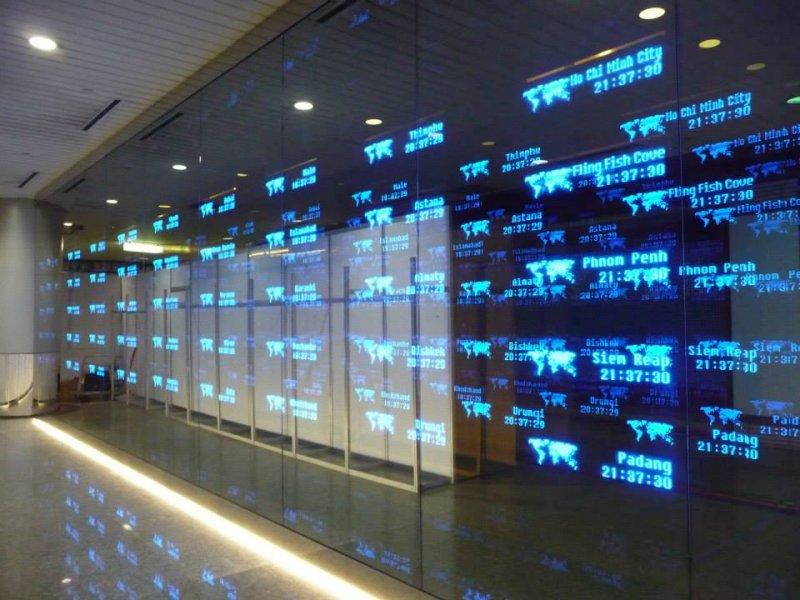這片名為〈時空〉的這面牆,位在第二航廈B2美食街旁,可不單單只是個世界時鐘,更像是一幅不具地理特性卻看似特殊的國際地圖。(圖/聯頤國際@Facebook)