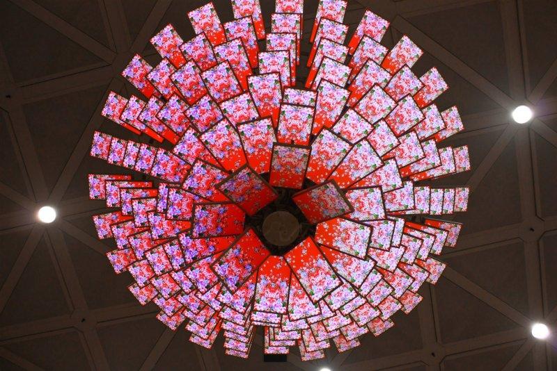 繁複艷麗的迎賓花在第二航廈接機大廳盛開。(圖/何理互動設計@Facebook)