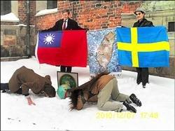 台灣阿誠與揆一後代,在台灣駐瑞典代表的見證下,一起在揆一像前親吻大地(取自YouTube)