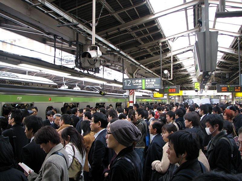 東京都在尖峰時段的通勤人潮。(圖/維基百科)