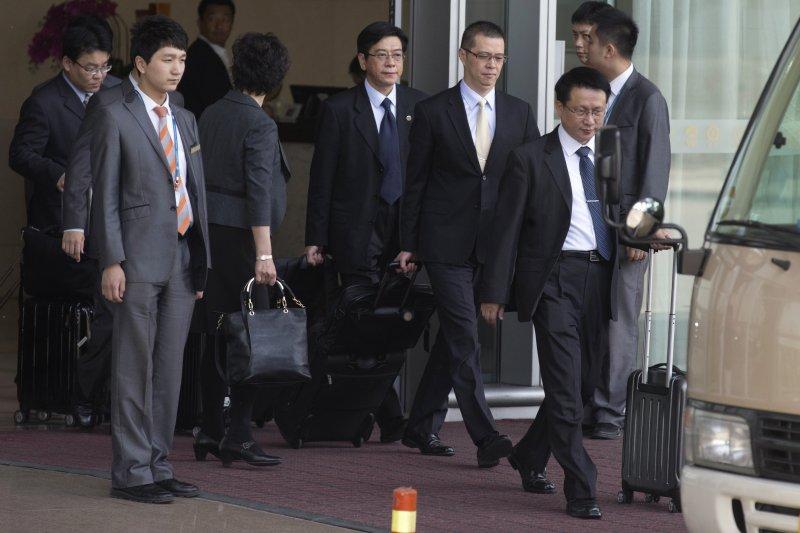 台灣電信詐騙案嫌犯被肯亞遣返中國,法務部國際及兩岸法律司司長陳文琪率領10人小組,20日飛抵北京。(美聯社)