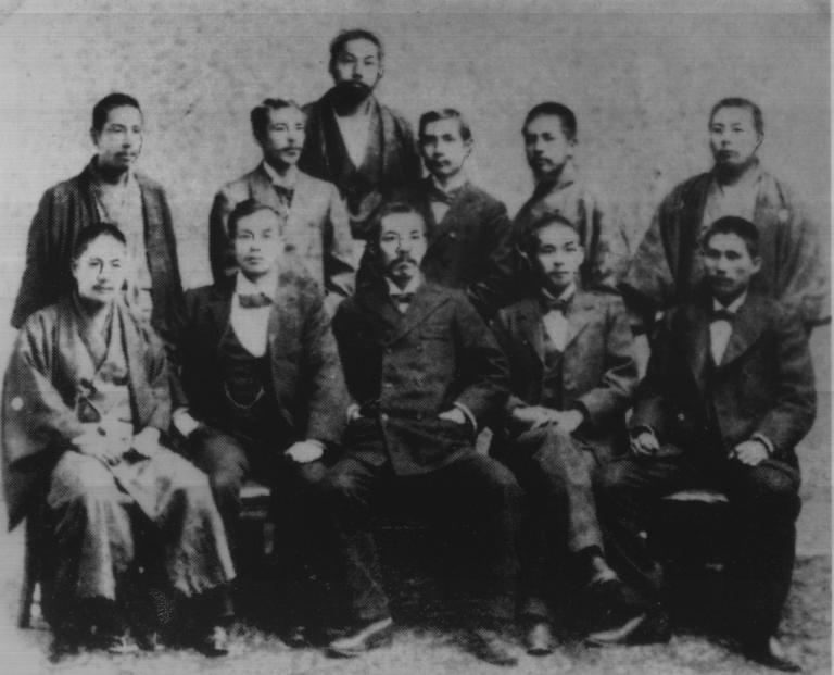 孫中山(後排右三)1898年於日本和友人合照。 前排右三為平山周。