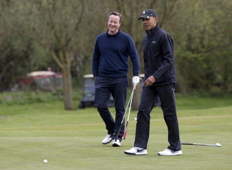 英國首相卡麥隆與美國總統歐巴馬23日一同打高爾夫球(美聯社)