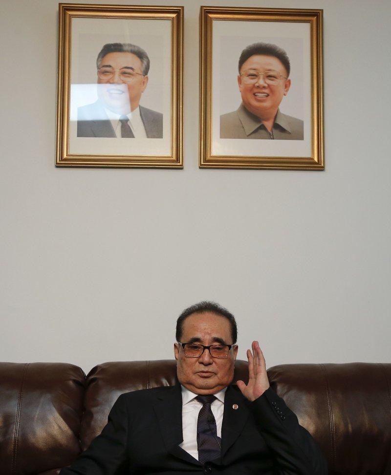 李洙墉受訪時,房間內還掛著2位北韓已故領導人金日成(左)與金正日(右)的遺照。(美聯社)