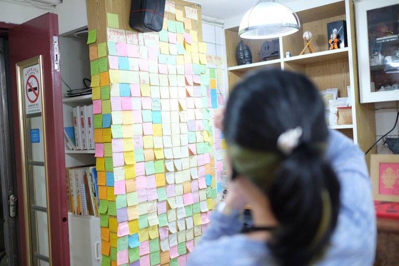 桑格的改造,就源自於背後一面牆上的便利貼。(圖/桑格設計書店臉書)