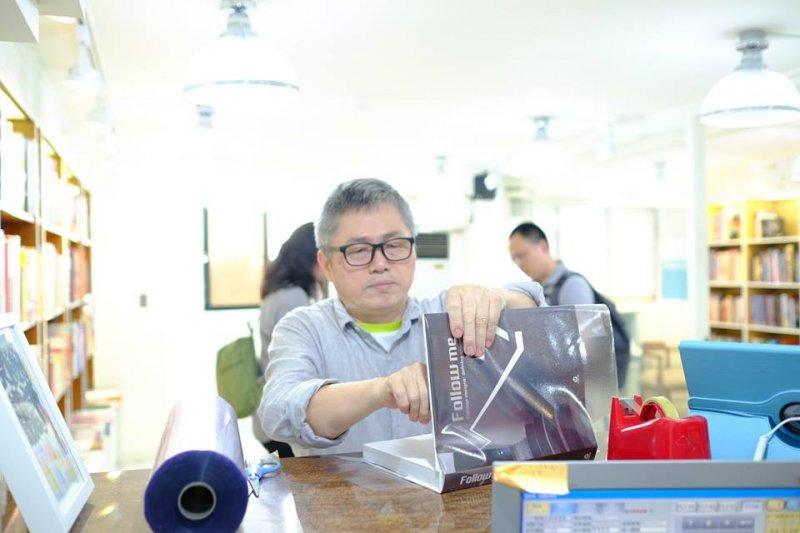 桑格售出的書,都有免費包書套的服務。黏貼書套的膠,是用日本進口最好的膠帶。(圖/桑格設計書店臉書)
