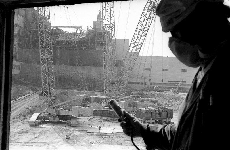 爆炸後,檢測人員在核電廠中進行檢測。(美聯社)