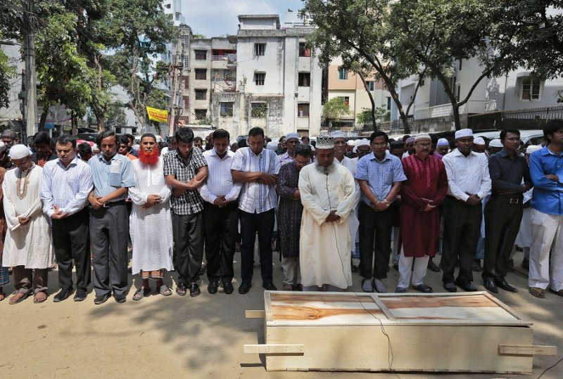 參加曼南葬禮的穆斯林們(美聯社)