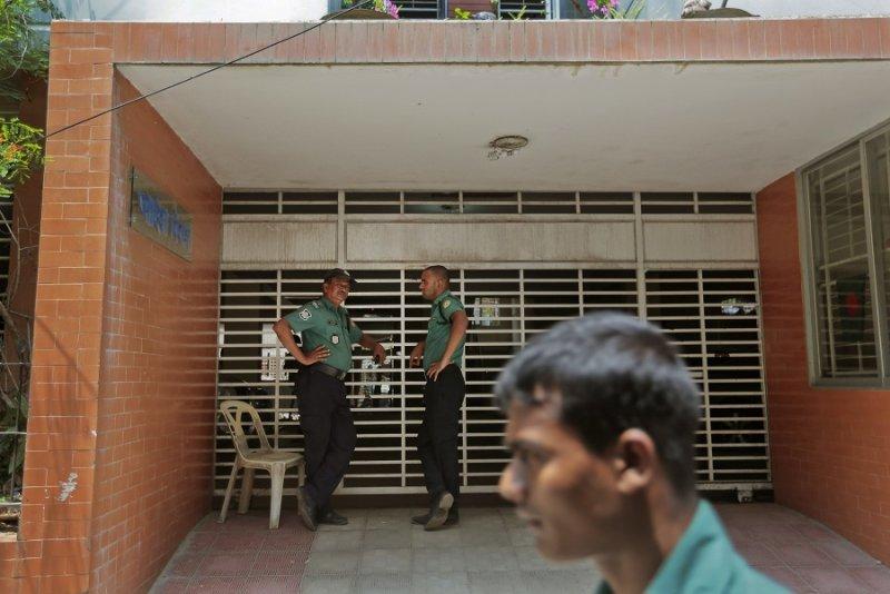2名警察於兇案發生的大樓外(美聯社)
