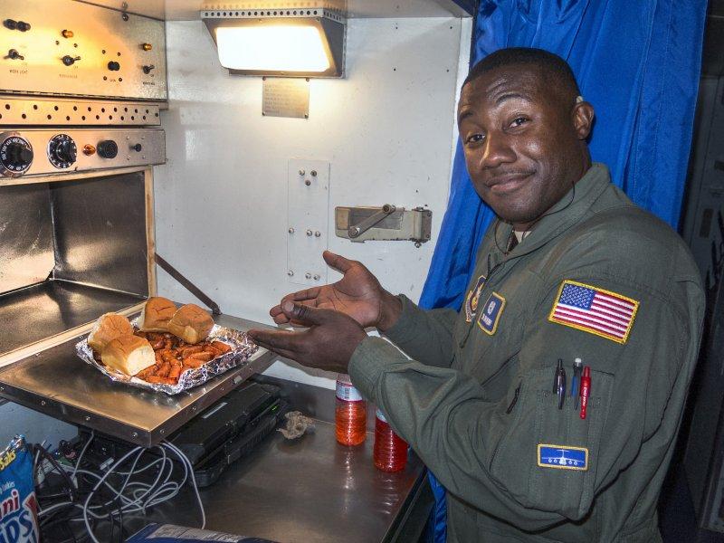 飛機上烹飪食物其實相當克難,多是用熱風對流爐去加熱食物.jpg