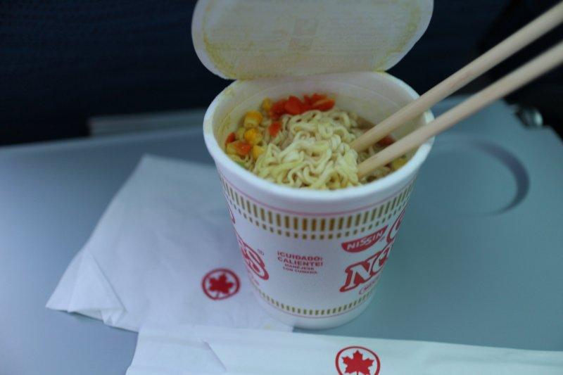 對甜鹹的味覺變得遲鈍,可能連最愛的泡麵在飛機上吃起來都怪怪的.jpg