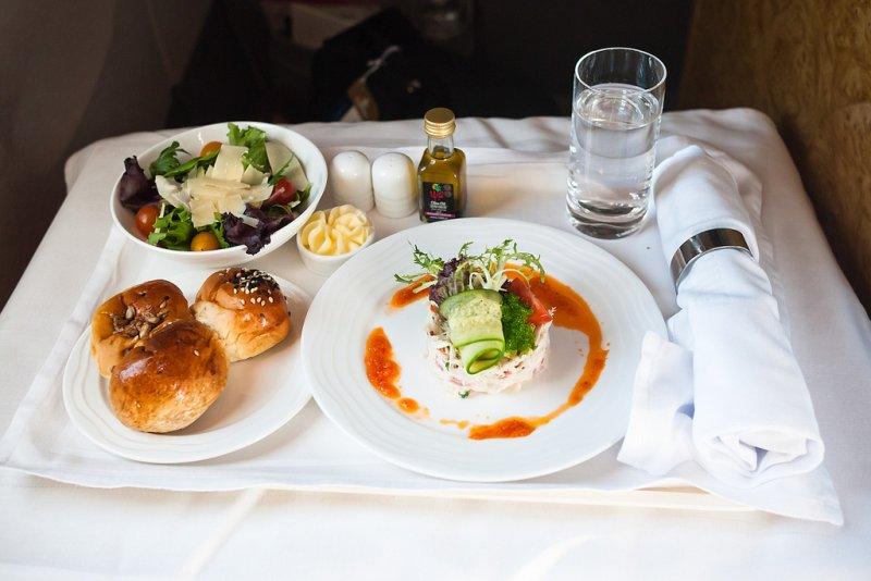 儘管是頭等艙精緻的食物,可能吃起來也不盡然如在地面上享用般可口.jpg