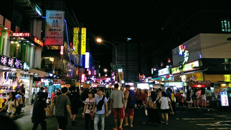 一中街是台中在地商圈一大指標,更是學生與民眾每天飲食娛樂重地.jpg