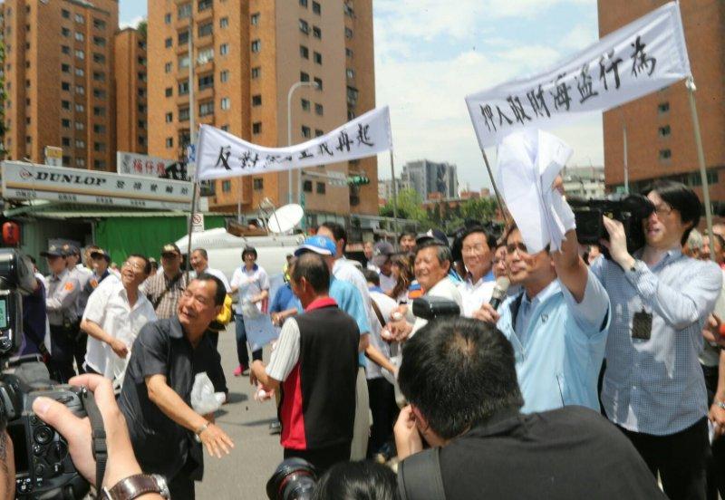 20160427-SMG0045-020-台漁會到日本交流協會抗議-陳明仁攝.jpg