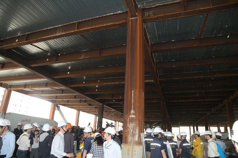 20160428-大巨蛋工地因市議員考察首次開放.影城鋼板都生鏽(陳明仁攝)
