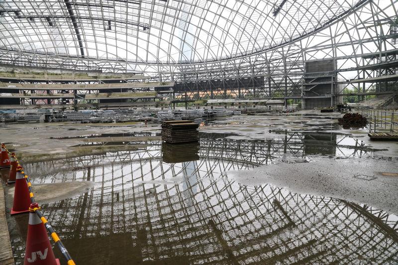 20160428-大巨蛋工地因市議員考察首次開放.屋頂未蓋.內部積水.上下映照(陳明仁攝)