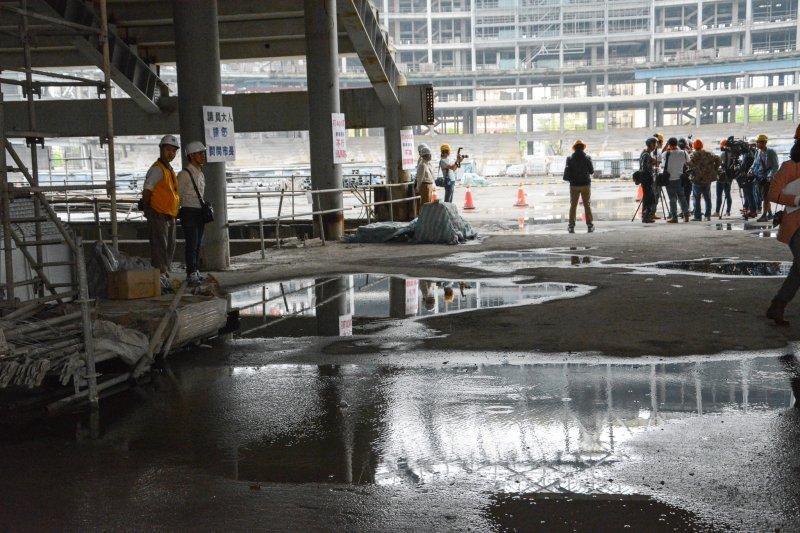 20160428-大巨蛋工地因市議員考察首次開放.內部積水.上下映照(陳明仁攝)