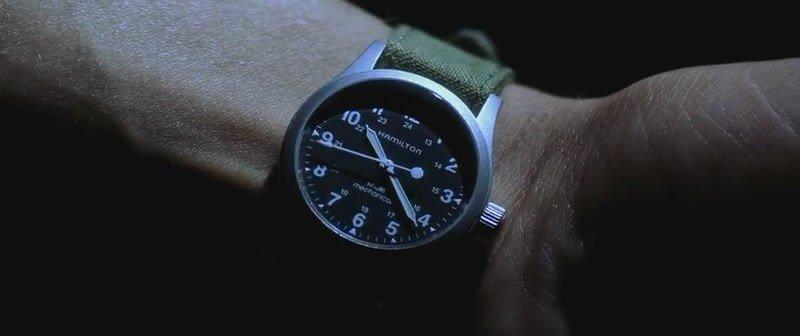 電影《珍珠港》男主角配戴軍錶的畫面快速閃過,引發粉絲截圖上網求問品牌。(圖/擷取自電影畫面)