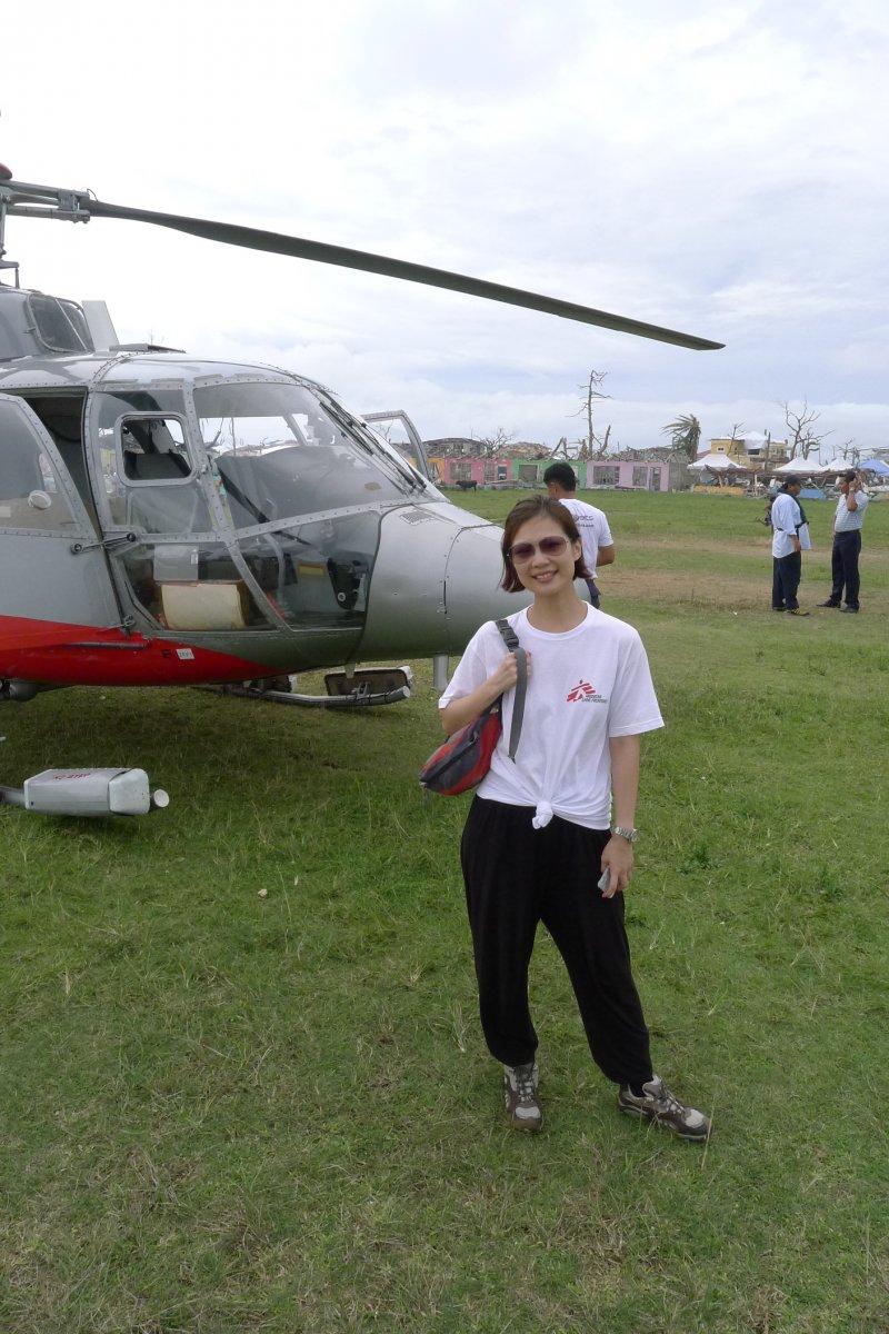 蔡明欣在菲律賓海燕風災的緊急任務中幫忙救援人員安排直升機前往災區前線。(江玟攝)