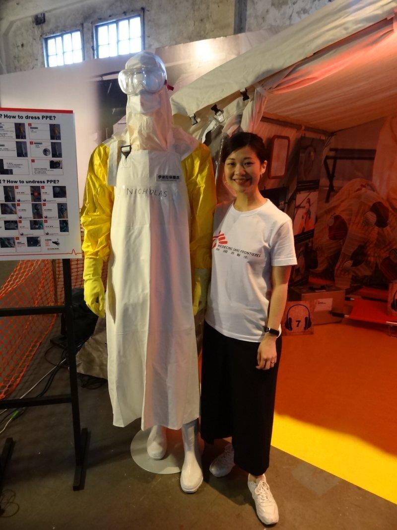 無國界香港辦事處高級傳訊主任蔡明欣與「得來不易」的防護衣。(江玟、蕭喬云攝)
