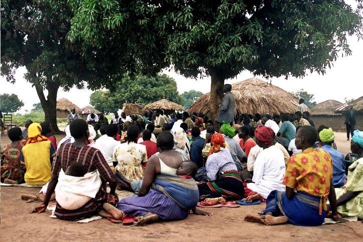 剛果村落民眾齊聚村中大樹下。(取自網路)
